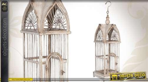 Superbe maison d'oiseaux décorative, réalisée en métal patiné blanc finition ancienne, avec crochet de suspension.