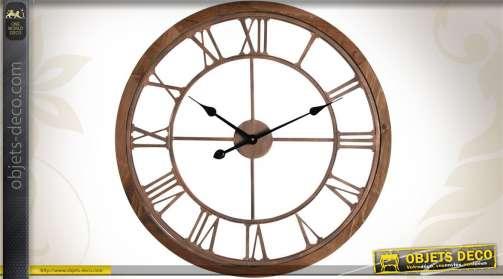 Horloge murale de forme ronde et réalisée en bois et en métal cuivré.