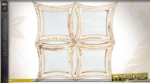 Miroir de décoration murale réalisé en bois et en verre, patiné blanc finition vieillie.