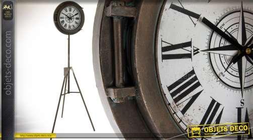 Horloge de style vintage en métal, sur trépied. Hauteur total de 160 cm.