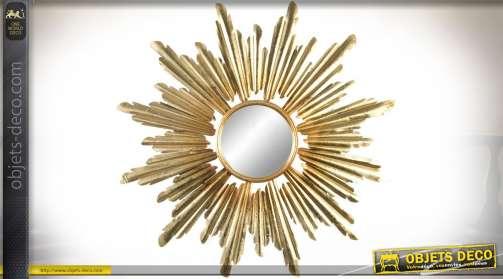 Grand miroir doré en métal en forme de soleil radieux