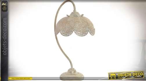 Lampe de salon de style rétro et oriental en métal finement travaillé et ajouré en forme de grande fleur blanche et vieillie