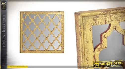 Miroir aux finitions dorées effet vieillies de forme carrée
