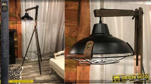 Grand lampadaire sur trèpied en bois avec réflecteur en métal suspendu coloris noir et grille de protection. 1 x E27.