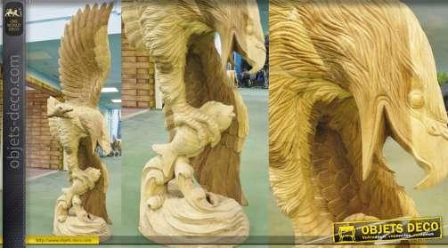 Grande sculpture animalière représantant un aigle en train de pêcher