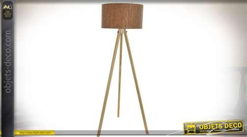 Lampadaire tripode en bois naturel clair avec abat-jour imitation liège, déco de style scandinave