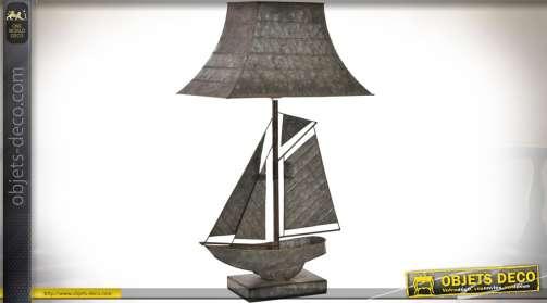 Lampe du bureau originale avec pied en forme de maquette de bateau et abat-jour en toit de pagode