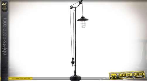 Lampadaire en métal de style rétro avec système de réglages à poulies et contrepoids.