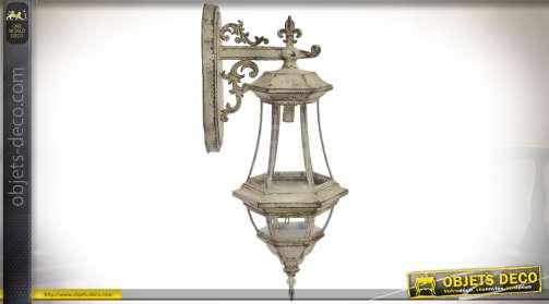 Lanterne murale électrifiée avec potence, en métal coloris beige, finition effet vieilli
