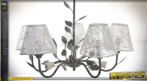 Lustre de style rétro brocante et campagne en métal avec effets de feuillages et abat-jour en tissu à voilages blancs brodés et fleuris
