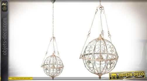 Suspension originale en forme de sphère avec habillage façon fer forgé et bloc d'éclairage à trois feux, patine coloris crème antique.