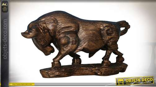 Grande statuette représentant un taureau effet bois sculpté patine bronze cuivrée