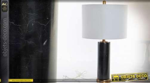 Lampe à poser avec pied en marbre noir veiné et laiton et abat-jour cylindrique en lin blanc
