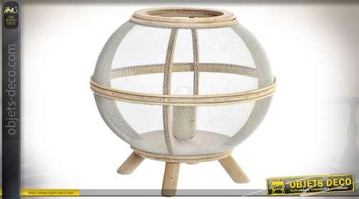 Lampe à poser en bois clair et vielli avec habillage grillage très fin blanc, de forme sphérique