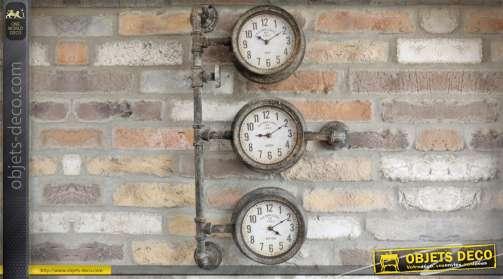 Horloge murale industriel à trois cadrans en forme de tuyauterie et compteurx anciens