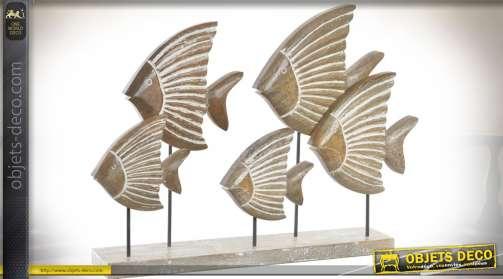 Sculpture en bois sur socle, représentant un banc de poissons exotique