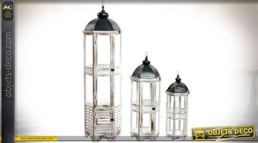 Ensemble décoratif composé de trois grandes lanternes en bois et métal, patine blanche vieillie et gris anthracite