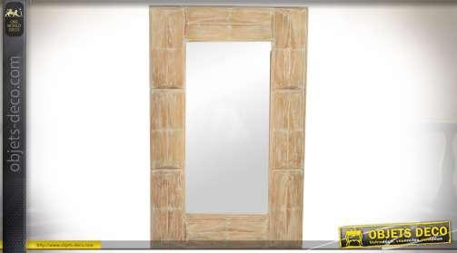 Grand miroir en bois blond vieilli de style rustique avec encadrement à motifs géométriques en biseaux