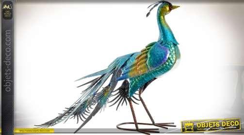 Grande statuette animalière en métal représentant un paon aux teintes bleues irisées