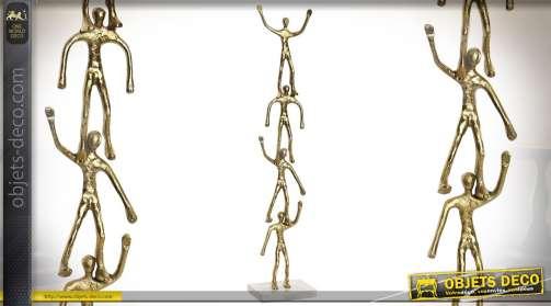Statuette design dorée de personnages en aluminium sur base carrée en marbre gris