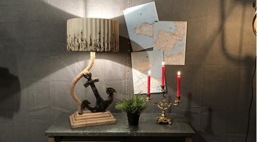 Lampe en bois et cordage avec pied en forme d'ancre de bateau