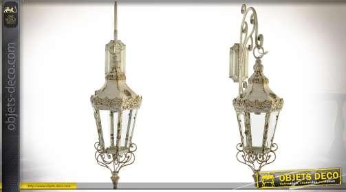 Lanterne rétro en métal et verre avec applique murale et potence de suspension, patine crème finition vieillie.