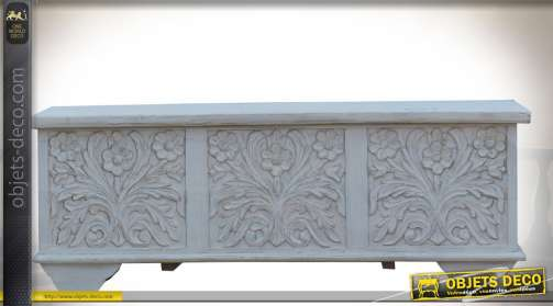 Meuble coffre en manguier sculpté de motifs floraux en relief, patine blanche à l'ancienne