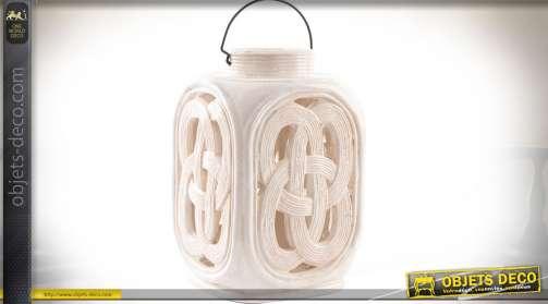 Lanterne à poser, à motifs entrelacés de style oriental, avec partie centrale faisant office de bougeoir. Céramique teinte ivoire.