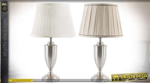 Série de deux lampes avec pied en métal en forme de vases argentés, abat-jour en tissu plissé, blanc et crème. Eclairage : 2 x E27.