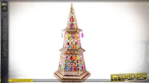 Lampe esprit déco indienne en forme de cône pyramidal à six faces ornées de brillants et pampilles.