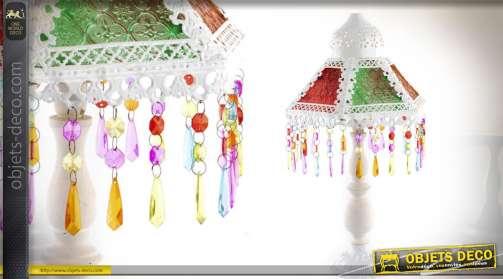 Lampe en métal, patine blanche, abat-jour hexagonal à panneaux colorés et pampilles multicolores et translucides. AmpouleE14.