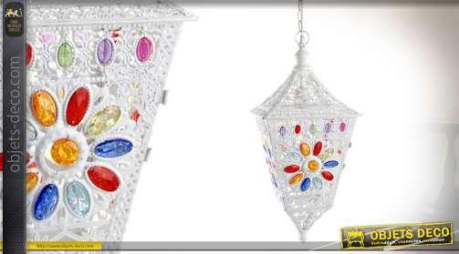 Lustre suspendu électrifié, en métal blanc ajouré et façonné, avec ornementation en cabochons multicolores à motifs de fleurs stylisées. 1 x E14.
