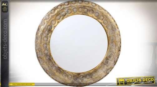 Grand miroir mural de style oriental en métal finement ajouré patine dorée effets vieillis.