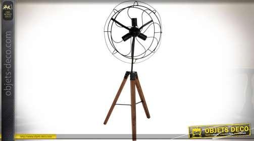 Lampadaire original et rétro à trois feux, en forme d'ancien ventilateur sur trépied. Eclairage : 3 x E14.