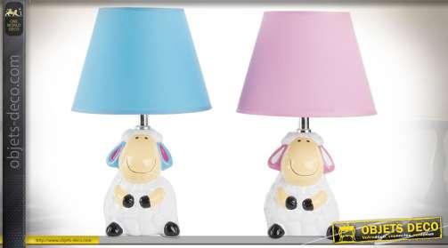 Ensemble de deux lampes de chevet pour chambre d'enfants, coloris bleu et rose, avec pieds en forme de statuettes de brebis. Eclairage : 2 x E14.