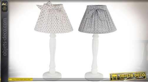 Ensemble de deux lampes de table, de style rétro et romantique, avec pieds en bois, patine blanche et abat-jour coloris gris à pois blancs, et blanc à