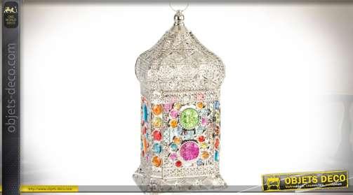 Lampe orientale argentée en métal finement ajourée façon moucharabié et ornementation de cabonchons facettés multicolores et translucides. Style indie