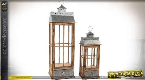 Grandes lanternes de décoration d'intérieur, en bois et métal vieilli, avec façades fenêtrées et tiroirs.