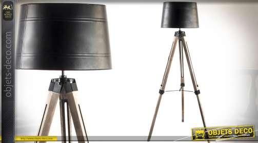 Lampadaire de salon esprit atelier avec haut trépied réglable en bois et métal et abat-jour finition métal noir vieilli. Eclairage : 1 x E27.