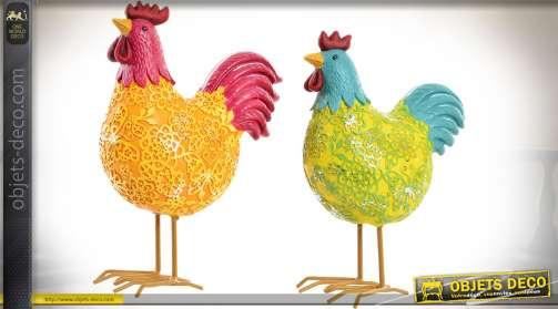 Série de deux statuettes en résine, finition brillante : poules colorées et stylisées