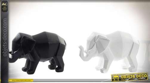 Ensemble déco composé de deux statuettes stylisées, façon création en origami, d'éléphants. L'un noir et l'autre blanc.