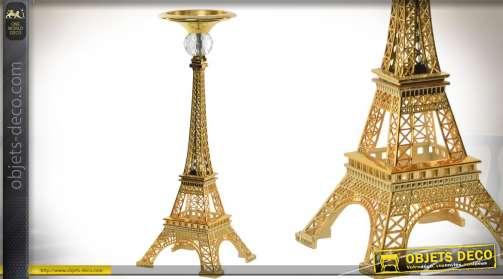 Chandelier ornemental sur le thème de Paris et plus exactement de la tour Eiffel, représentée en métal doré style chic.