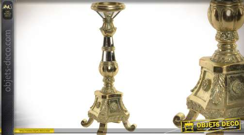 Chandelier luxueux imitation métal doré avec facettes en miroirs.