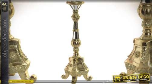 Luxueux chandelier confectionné en résine haute densité finition effet métal doré brillante avec incrustations de miroirs effet multifacettes.