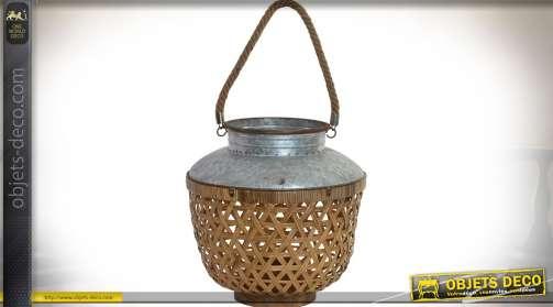 Lanterne bougeoir en osier et métal, parois tressées à motifs en triangles, partie centrale en verre, support bougie.