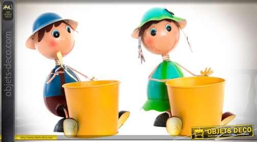 Ensemble de deux personnage en métal, garçon et fille, avec cache-pots en métal.