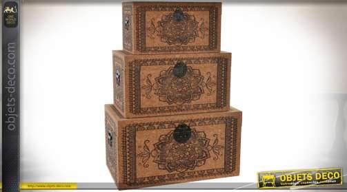 Ensemble de 3 coffres de rangement et de décoration en bois avec habillage liège à motifs de mandalas et frises graphiques ethniques.