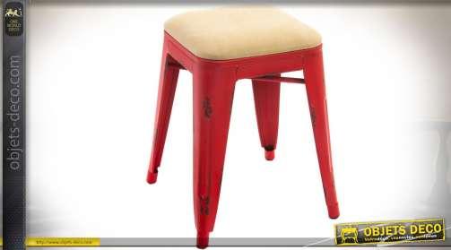 Tabouret en métal effet tôle emboutie de style vintage, avec finition rouge vieillie. Assise coussin rembourré habillage tissu crème.