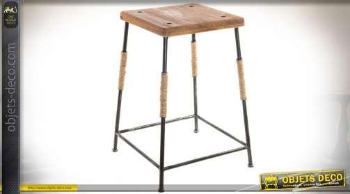 Tabouret avec piètement en métal et assise en bois vieilli. Barre repose-pieds et ornementations en cordages.
