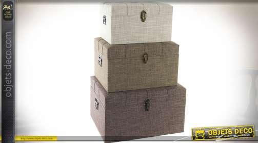 Série de trois coffres gigognes en bois, avec habillage tissu coloris gris clair, chataîgne et bistre. Couvercles à capitonnage et ferrures en laiton